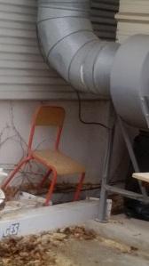 Chaise où Cendrillon s'assied pour se réchauffer près du tuyau de poêle.